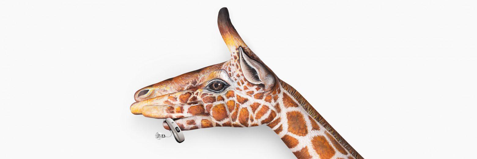 Pure-Charge-Go-Nx_keyvisual-giraffe_3840x1280px_grey-1560x520